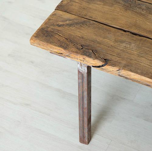 Mesa de madera antigua con patas de metal