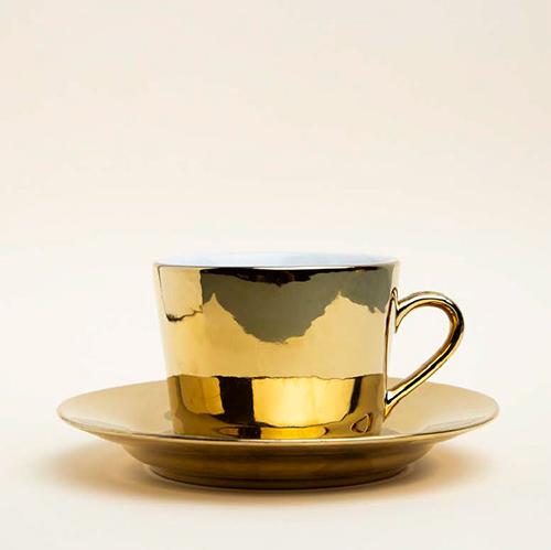 Taza pequeña de café de color dorado