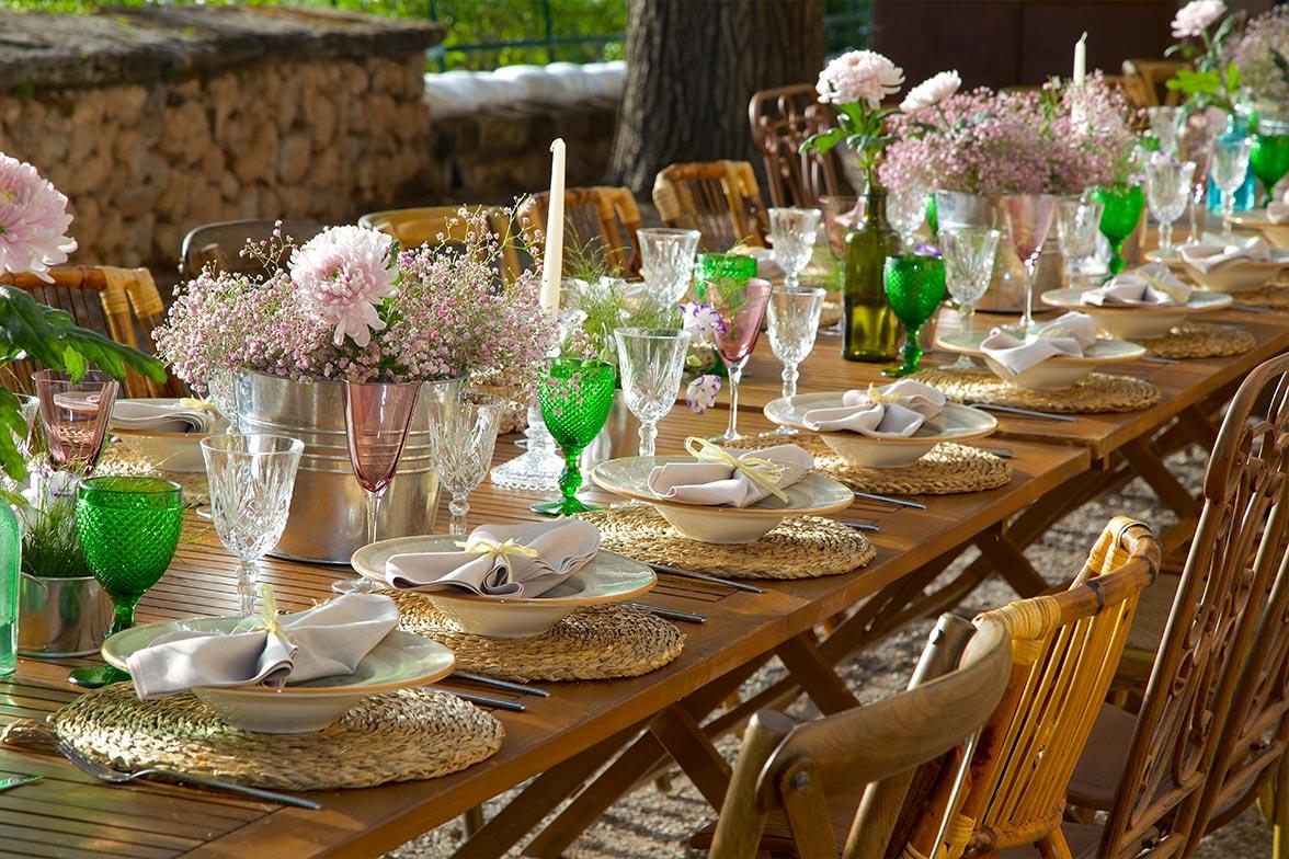 Menaje de cristal en mesa de madera