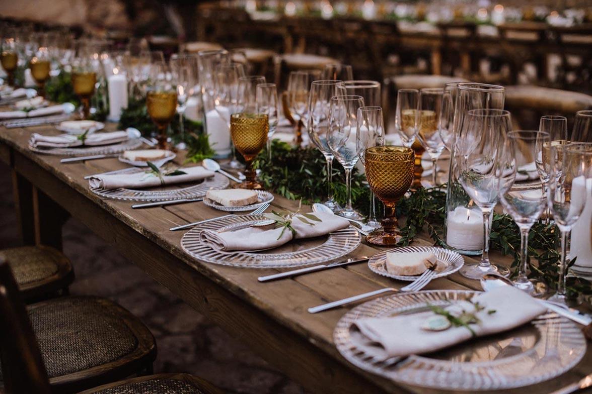 Mesa de boda con copas y platos