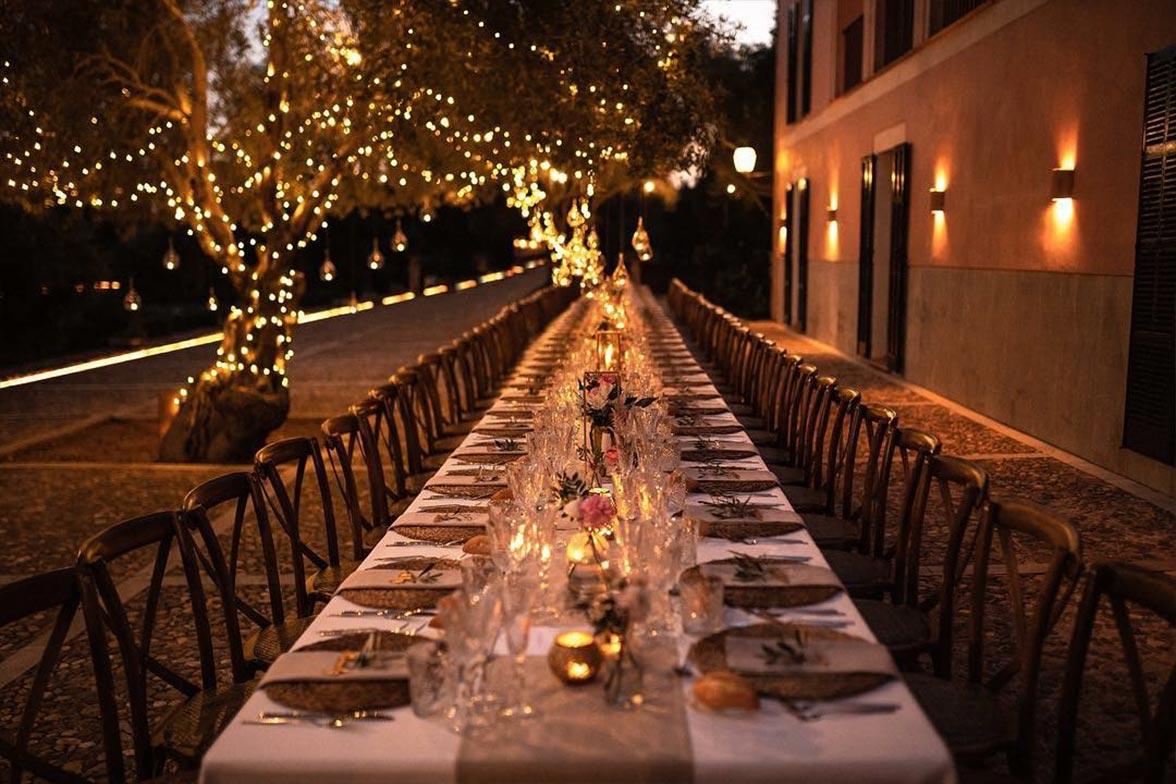 Mesa alargada para celebracion nocturna
