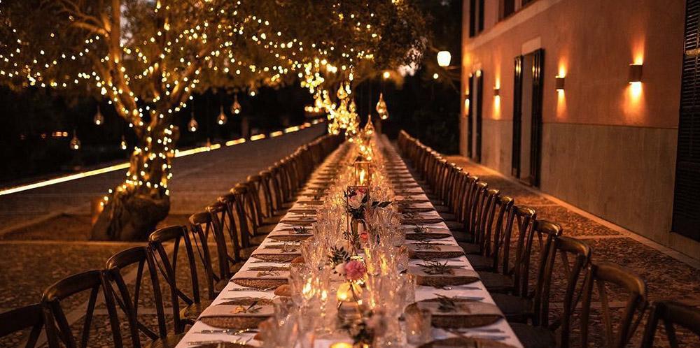 Mesa larga de celebración de noche