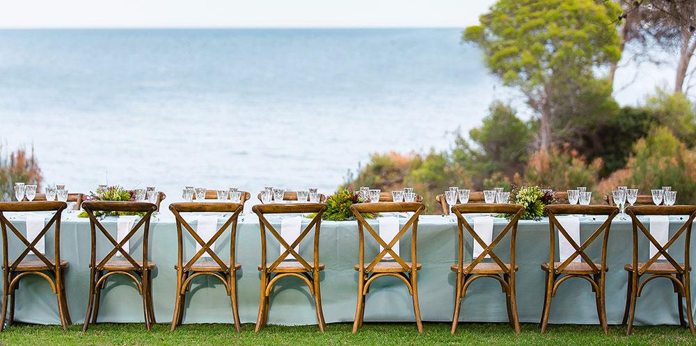 Mesa de madera en exterior con vistas al mar