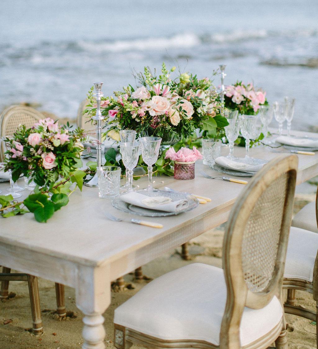 Mesa celebracion en la orilla