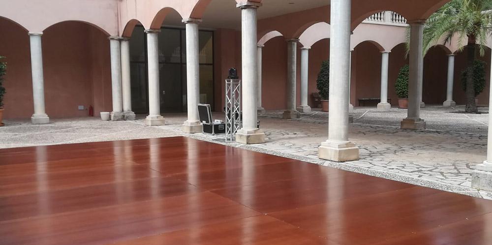 Tarima de madera en patio de columnas